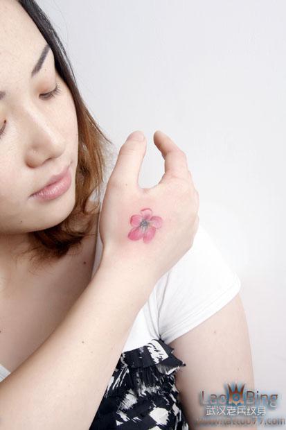 武汉专业纹身培训:美女手部樱花纹身图案