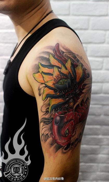 武汉女纹身老师制作的大臂鲤鱼莲花纹身图案