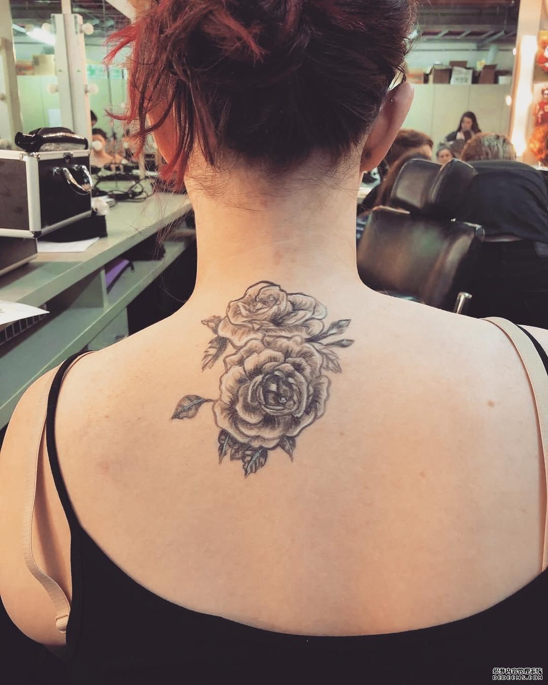 后背黑灰莲花纹身图案图片