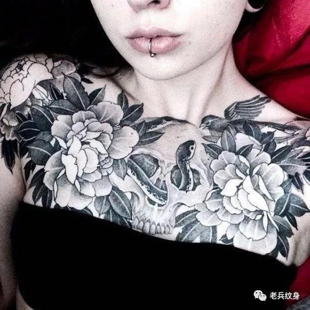 花胸骷髅花朵纹身图案
