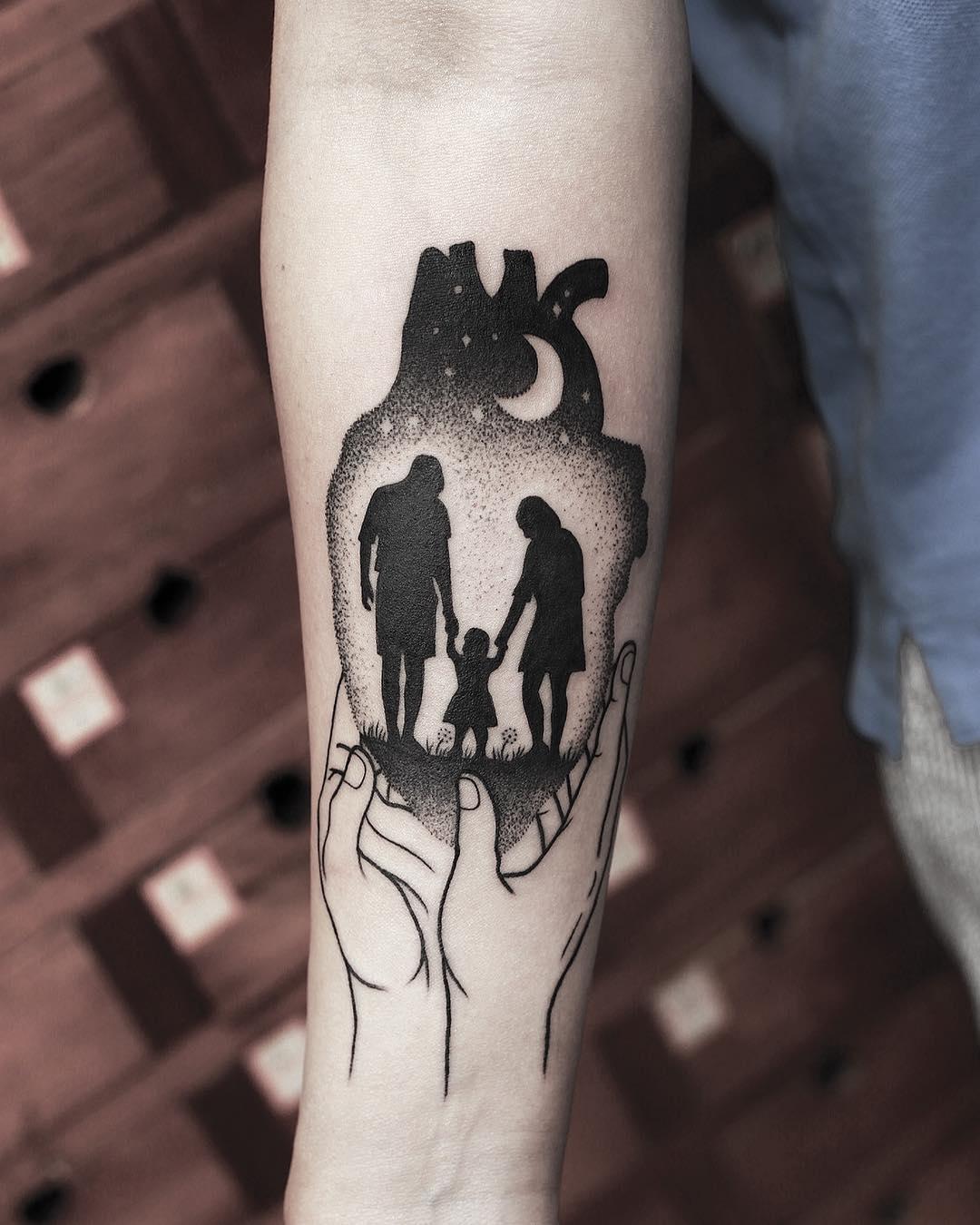 一家三口点刺温馨纹身图案