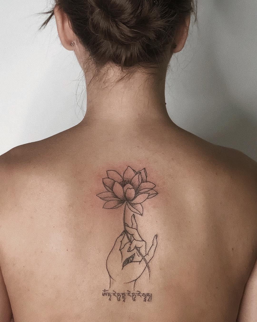 后背手莲花纹身图案