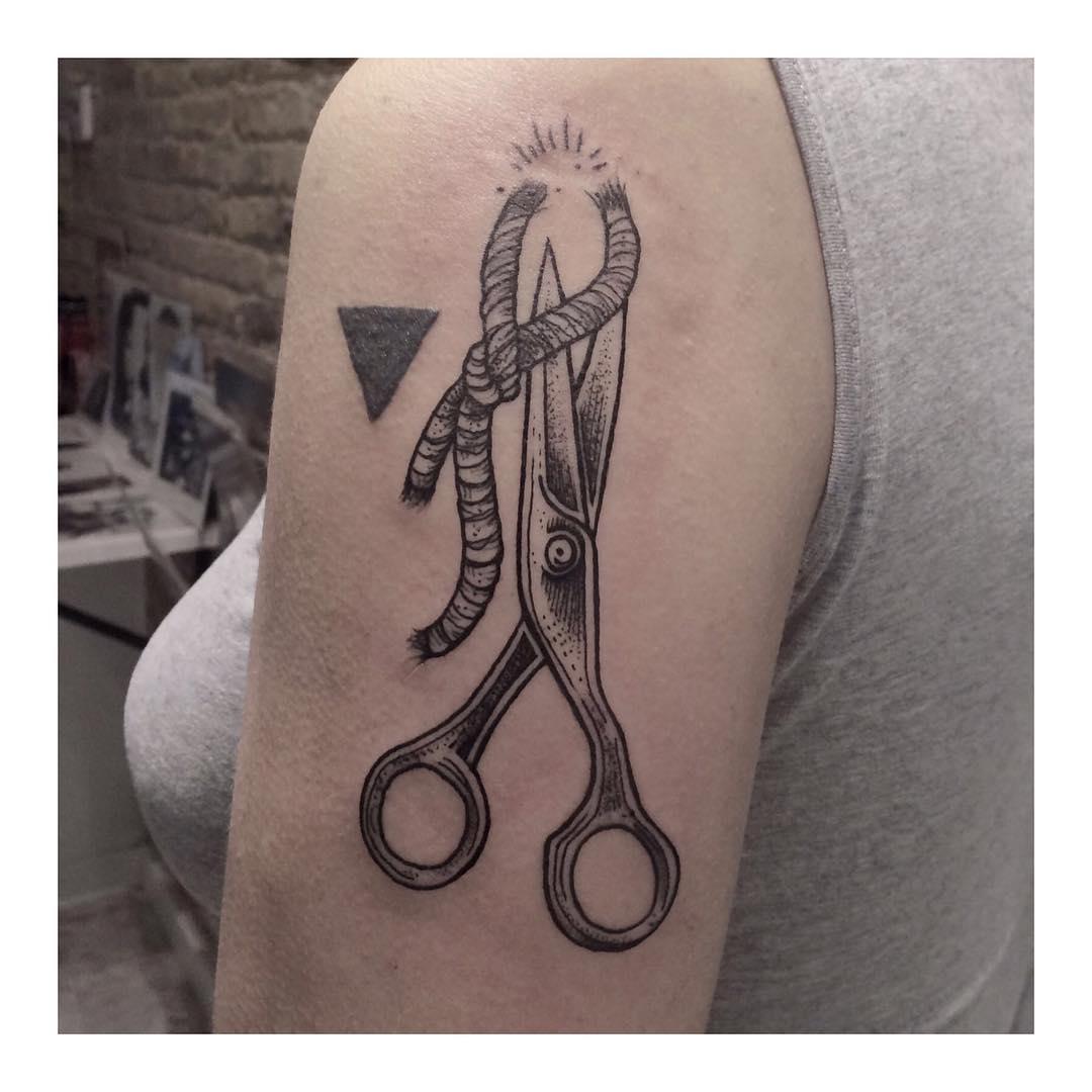 大臂剪刀绳子纹身图案